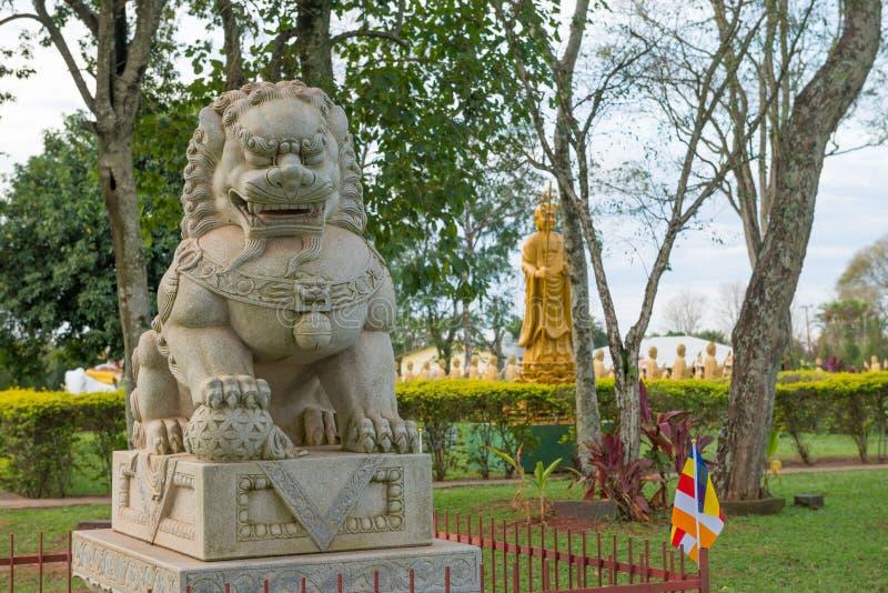 Buddah classico cinese e leoni di pietra in un tempio immagini stock libere da diritti