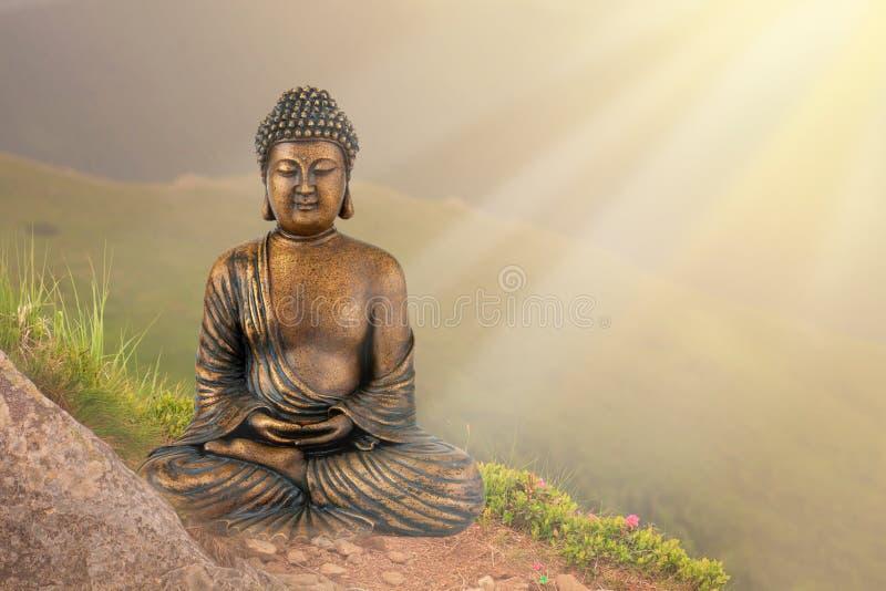 Buddah skulptur i gröna berg med solljus Utrymme för text royaltyfri foto