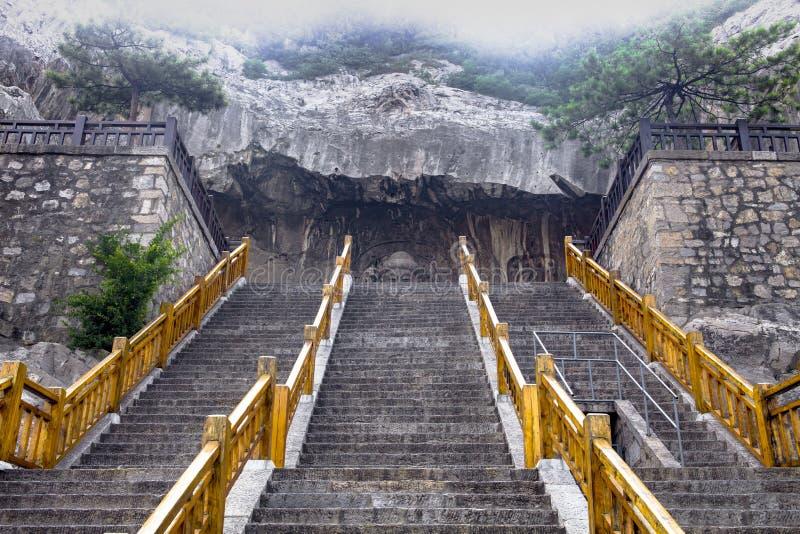 Buddhaöga - ögonen av Buddha av Luzhou, Fengxian tempel, Longmen grottor, Luoyang, Kina arkivbilder
