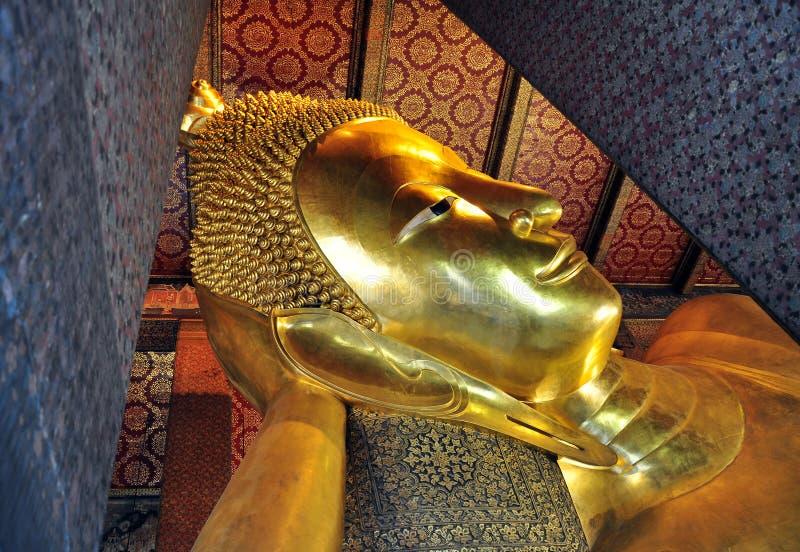 Buddha adagiantesi di Wat Pho, Bangkok, Tailandia immagini stock