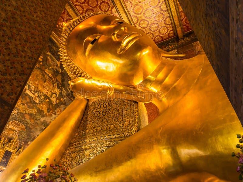 Buddha adagiantesi dorato in Wat Pho fotografia stock libera da diritti