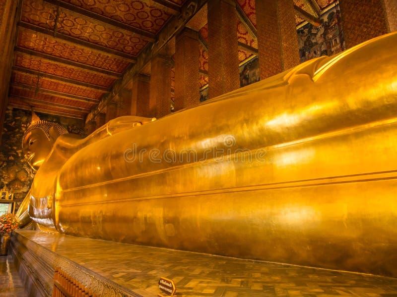 Buddha adagiantesi dorato in Wat Pho immagine stock libera da diritti