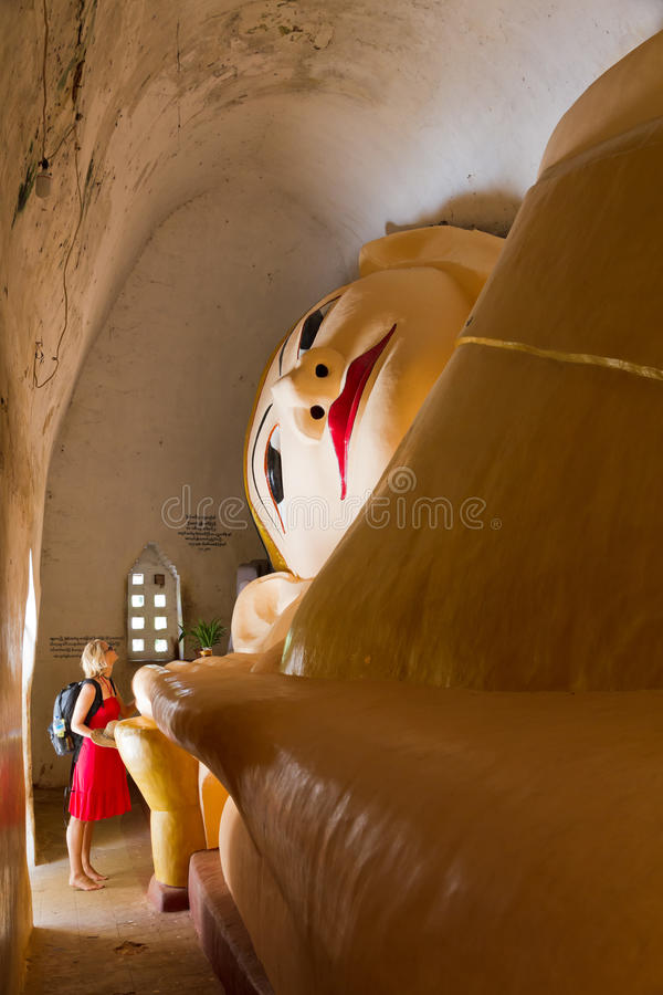 Buddha adagiantesi a Manuha Paya in Bagan, Birmania immagini stock libere da diritti