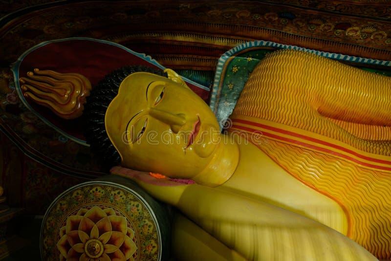 Buddha adagiantesi nella caverna, Sri Lanka, Asia fotografia stock