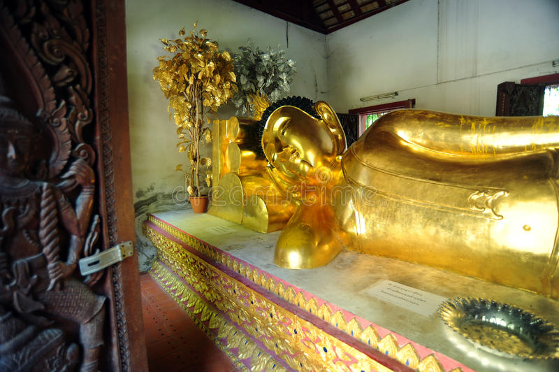 Buddha adagiantesi a Wat Phra Singh immagini stock libere da diritti