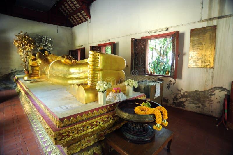 Buddha adagiantesi a Wat Phra Singh immagine stock