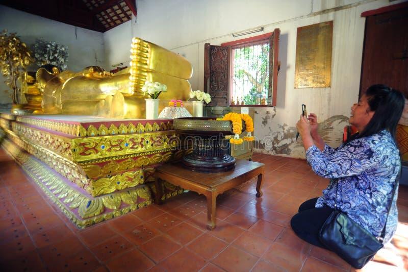Buddha adagiantesi a Wat Phra Singh immagini stock