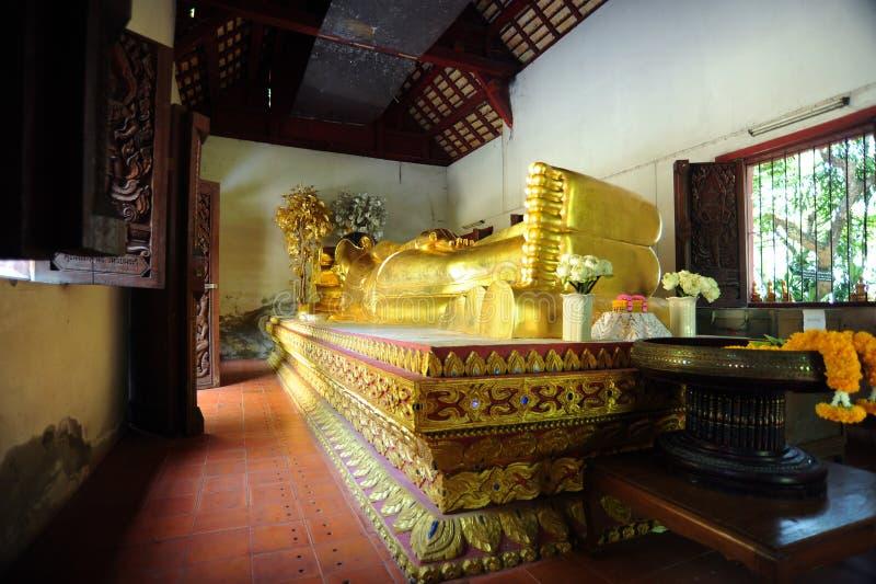 Buddha adagiantesi a Wat Phra Singh immagine stock libera da diritti