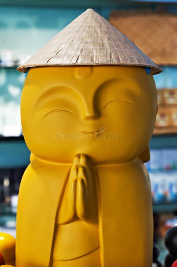 Buddha-Andenkenstatuenmönch im Hut, glücklicher Bodhi-Tag lizenzfreie stockbilder