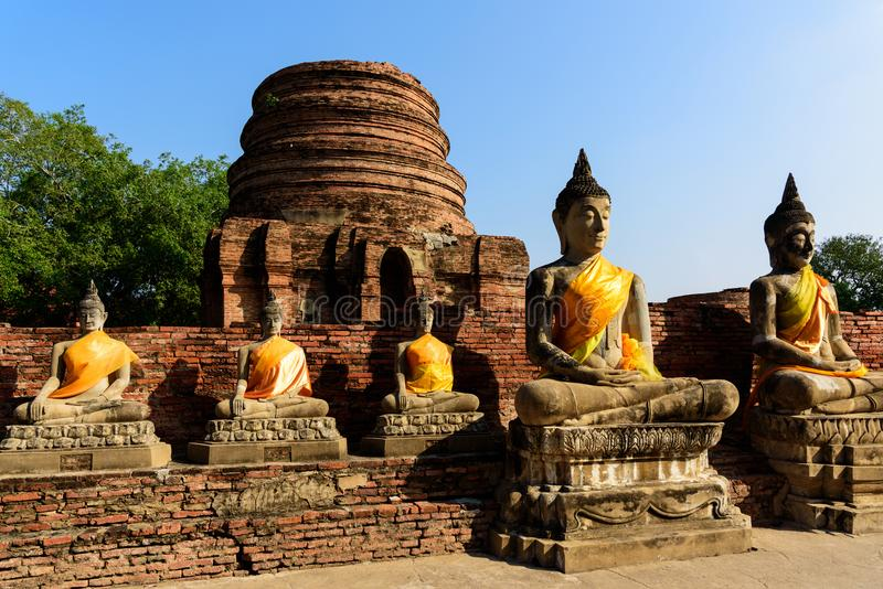 Buddha avbildar på Wat Yai Chai Mongkhon med blå himmel, Ayutthaya, Thailand royaltyfria bilder
