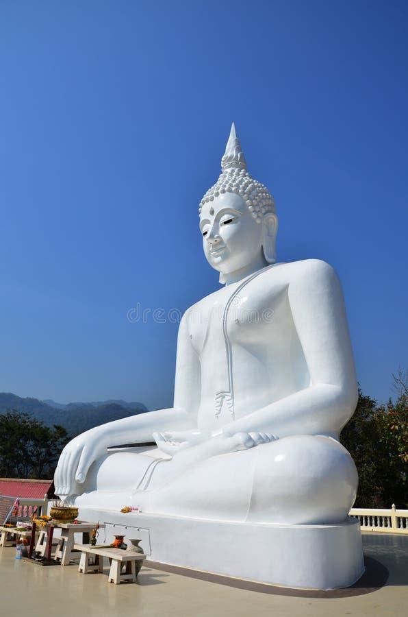Buddha bianco a Kanchanaburi Tailandia immagine stock libera da diritti