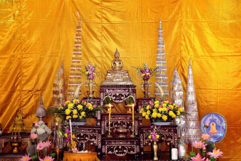 Buddha-bilder på altarbordet i thailändska religiösa ceremonier med bakgrund royaltyfri bild
