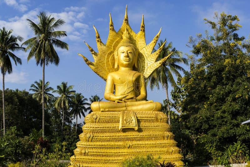 Buddha che si siede sul corpo del naga e su protetto capo del naga immagine stock