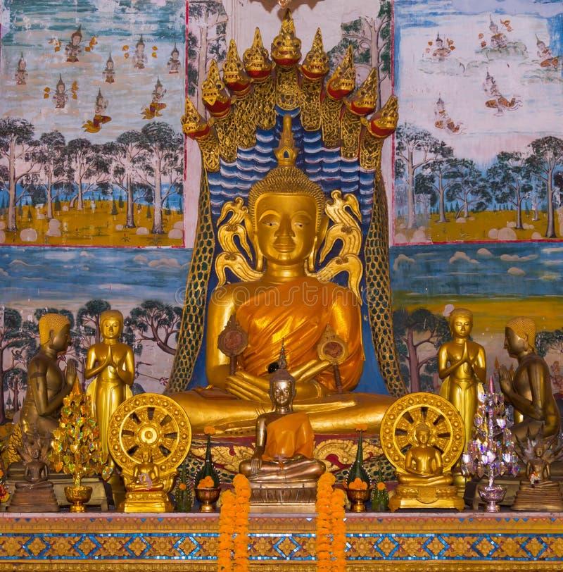 Buddha che si siede sul corpo del naga e su una testa di nove naga protettivi fotografie stock libere da diritti