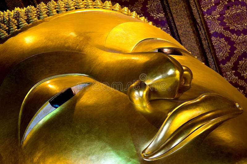 buddha close som reclining upp royaltyfria bilder