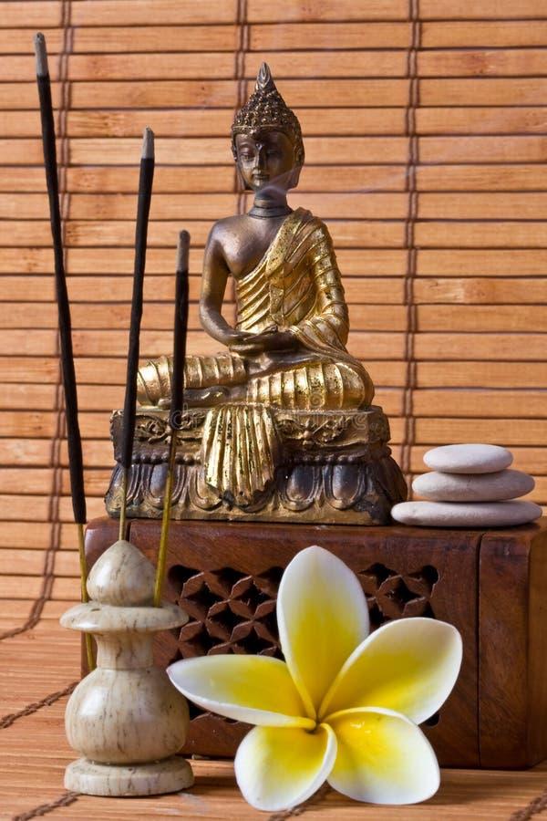 Buddha con i bastoni ed il fiore di incenso fotografie stock