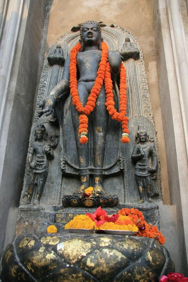 Buddha con le ghirlande arancio immagine stock