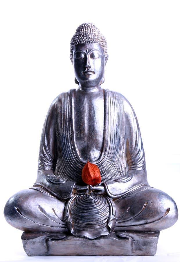 Buddha de assento com flor vermelha fotografia de stock royalty free