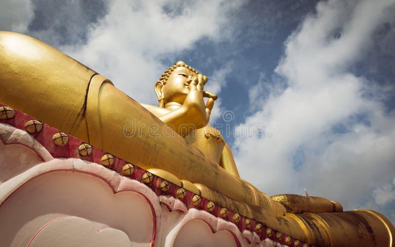 Buddha de assento gigante no templo do monte Rang em Phuket, Tailândia imagens de stock royalty free