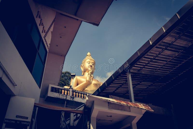 Buddha de assento gigante no templo do monte Rang em Phuket, Tailândia fotografia de stock royalty free