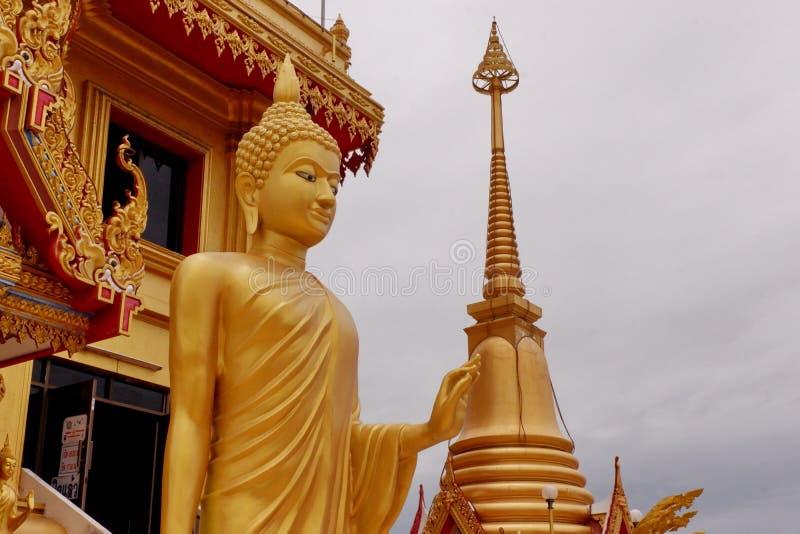Buddha de oro en el templo fotos de archivo