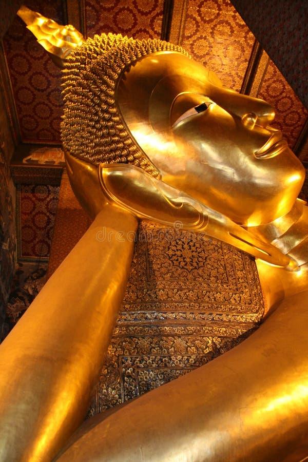 Buddha de reclinação em Banguecoque foto de stock