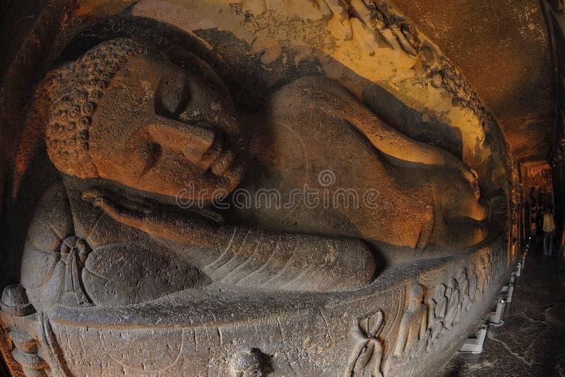 Buddha de reclinação em cavernas de Ajanta, Índia imagem de stock royalty free