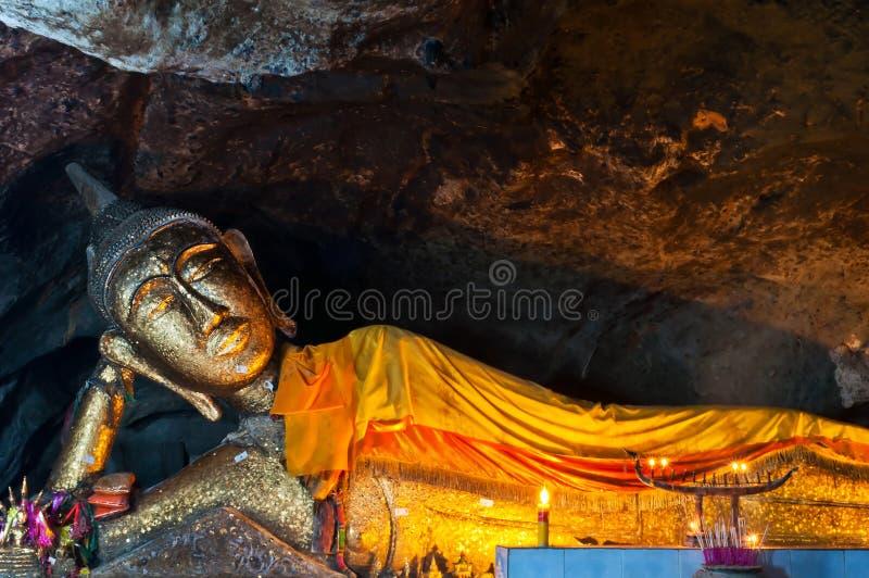Buddha de reclinação em Tailândia imagem de stock