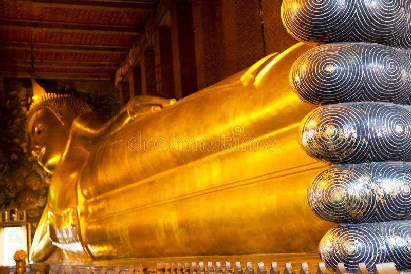 Buddha de reclinação em Wat Pho, Tailândia imagens de stock royalty free