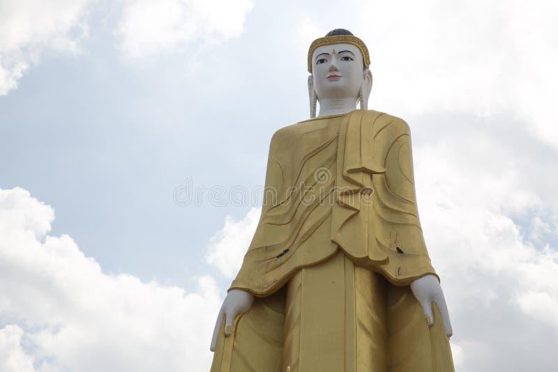 Buddha, der in Myawaddy-Provinz, Karen State, Myanma steht lizenzfreies stockbild