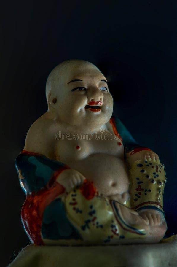 Buddha di risata ceramico su fondo nero Kalyan vicino alla maharashtra INDIA Asia di Mumbai fotografia stock libera da diritti
