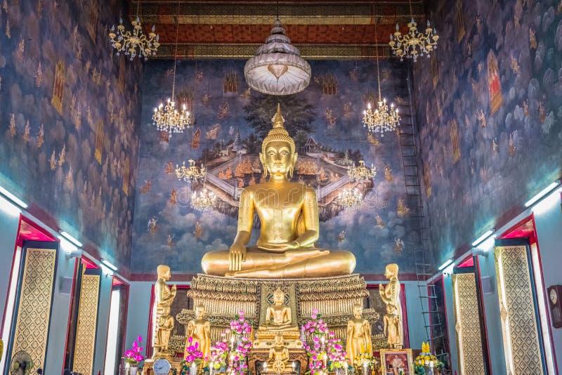 Buddha dorato antico in chiesa a Wat Ratchanadda Temple a Bangkok, Tailandia fotografia stock libera da diritti