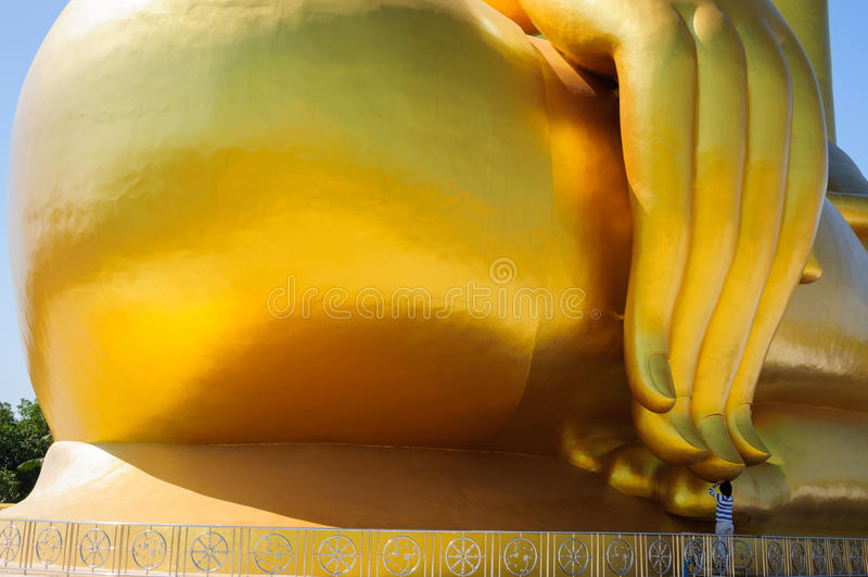 Buddha dorato gigante fotografie stock