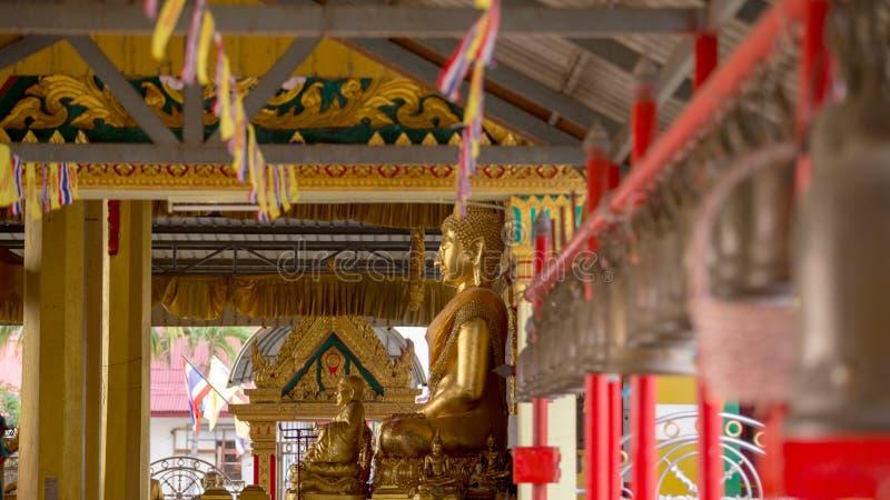 Buddha dorato nel tempio del punto di riferimento del tempio turistico fotografia stock libera da diritti
