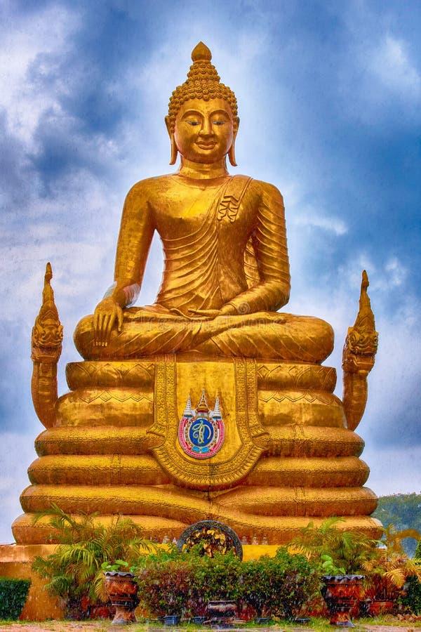 Buddha dorato in pioggia fotografia stock