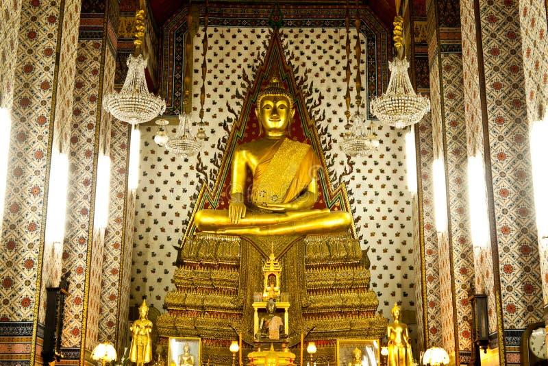 Buddha dourado a arte do templo imagens de stock