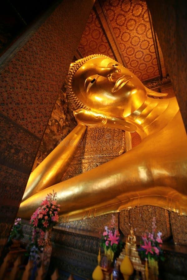 Buddha dourado de reclinação, Wat Pho, Banguecoque imagem de stock royalty free