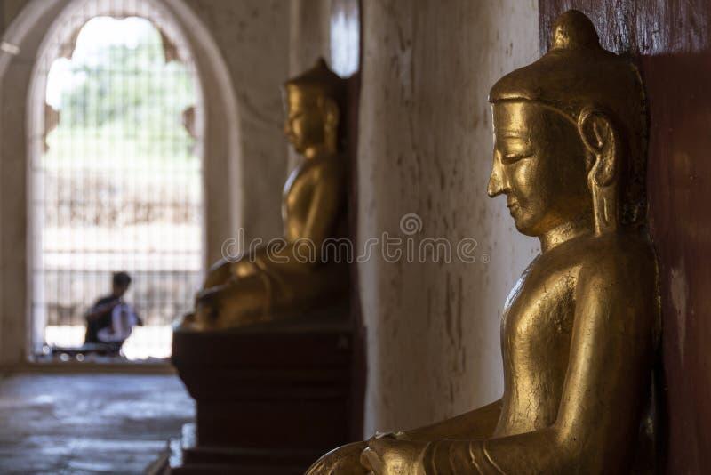 Buddha dourado em um templo, Bagan foto de stock