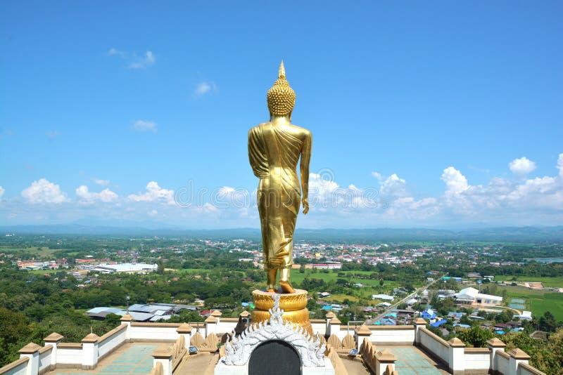 Buddha dourado na montanha com o céu azul em Wat Phra That Kao Noi imagem de stock royalty free
