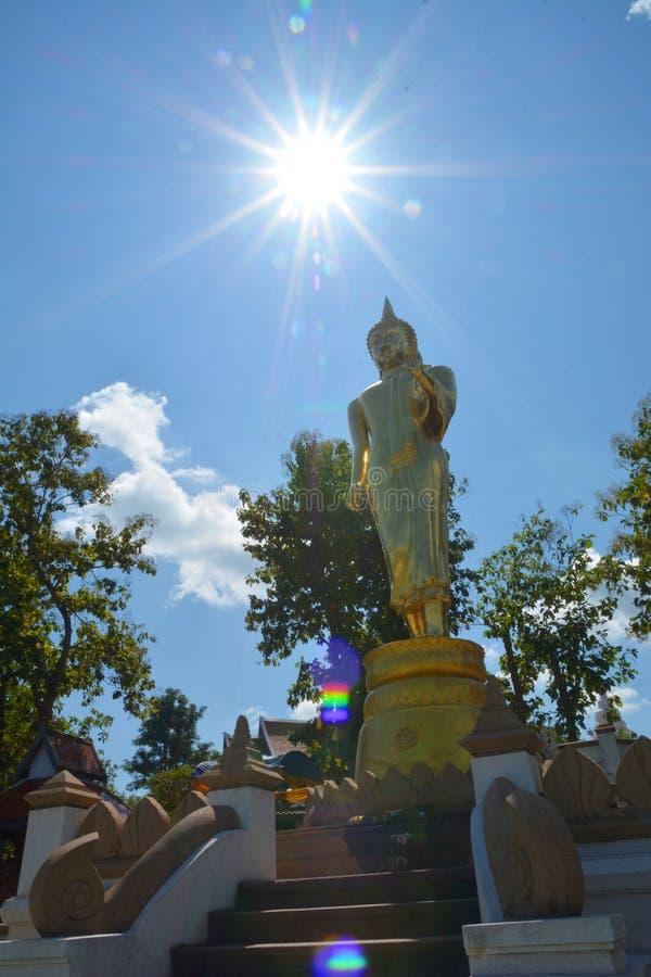 Buddha dourado na montanha com o céu azul em Wat Phra That Kao Noi fotos de stock royalty free