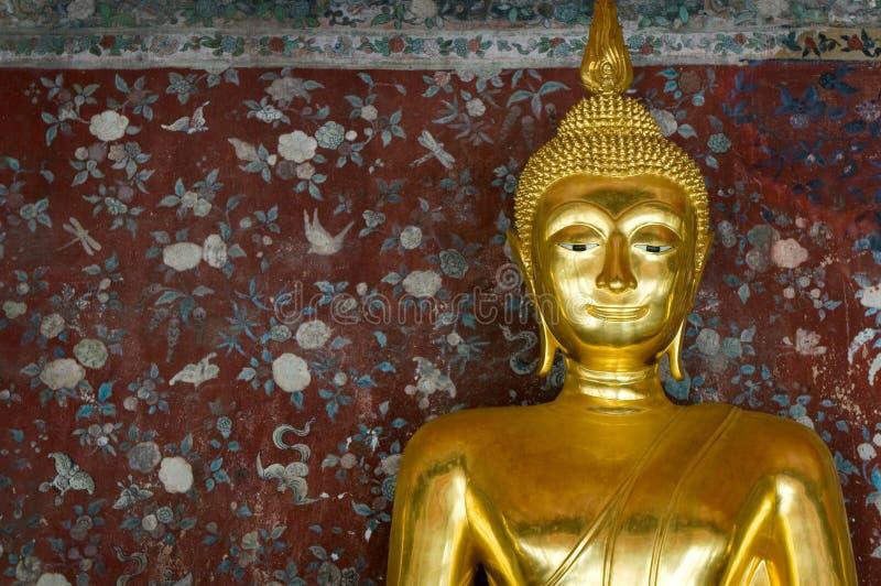 Buddha dourado sobre a parede do grunge foto de stock