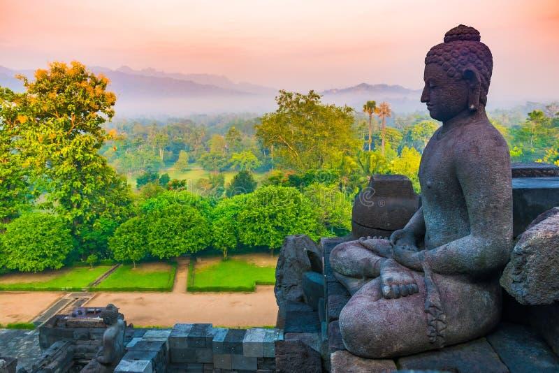 Buddha e bella vista dal tempio buddista antico Borobudur complesso, Yogyakarta, Jawa, Indonesia immagini stock