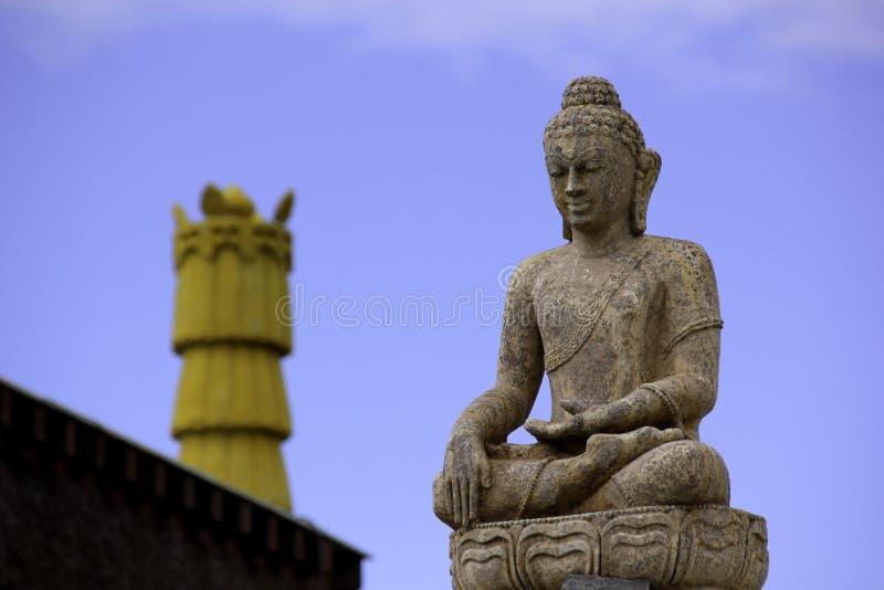 Buddha e céu azul fotografia de stock royalty free