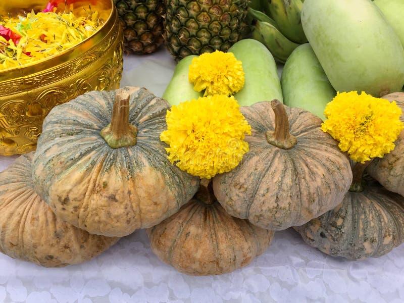 Buddha e frutta ed offerta indù delle verdure immagine stock libera da diritti