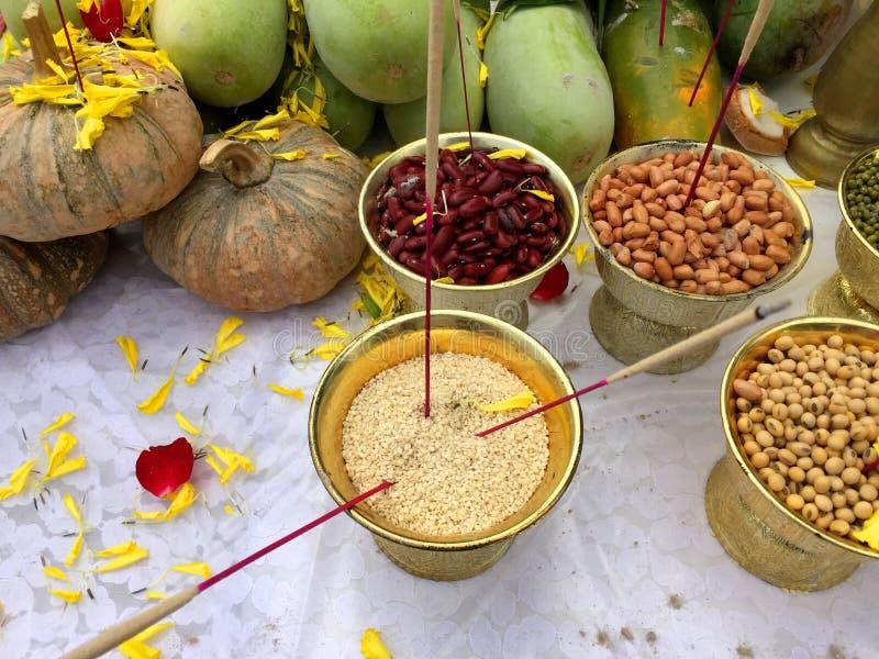 Buddha e frutta ed offerta ind? delle verdure immagini stock