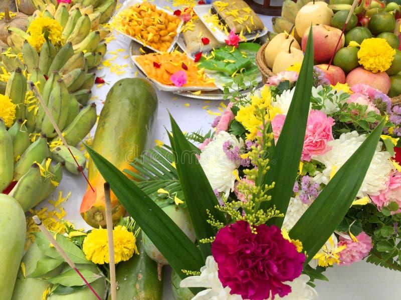 Buddha e frutta ed offerta ind? delle verdure immagine stock