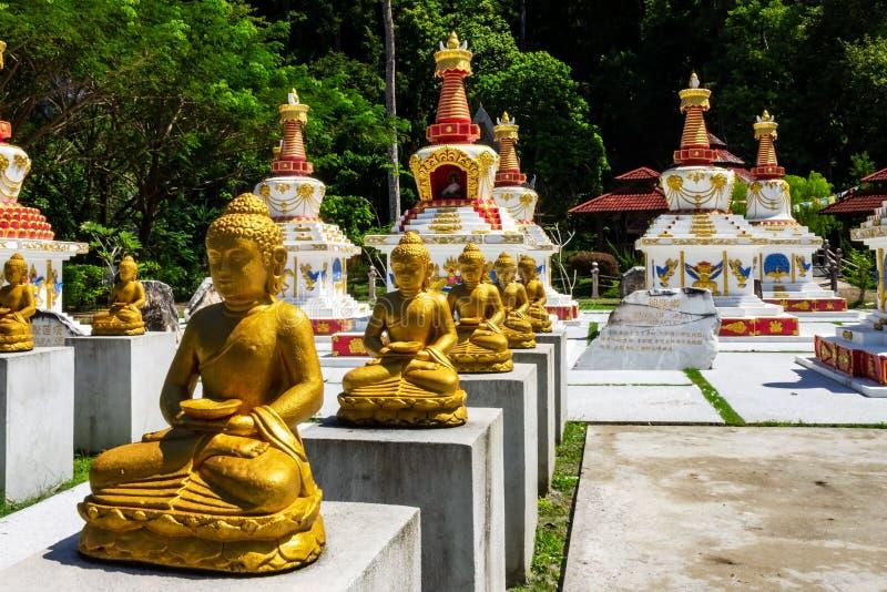 Buddha e stupas a Wat Wanararm o al tempio di What Kho Wanararm nell'isola di Langkawi, Stato di Kedah, Malesia fotografie stock