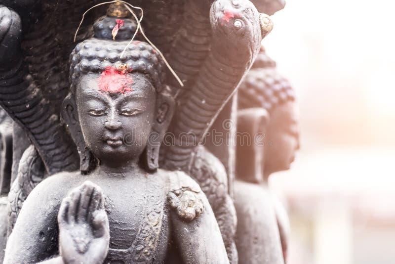 Buddha in einer Steinskulptur in Swayambhunath, Nepal lizenzfreie stockfotos