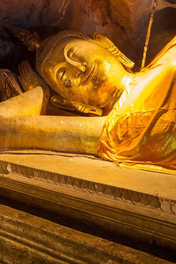 Buddha en cueva imagen de archivo libre de regalías