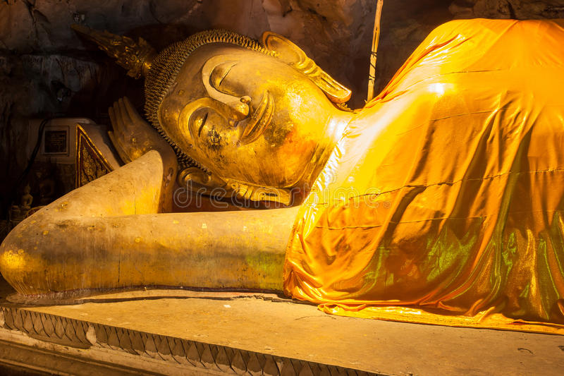 Buddha en cueva imagen de archivo